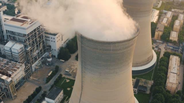 vídeos y material grabado en eventos de stock de vista aérea de la central térmica - nuclear energy