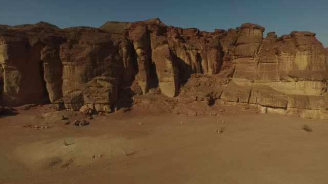 aerial view of timna valley (timna national park), ancient copper mining site, israel. - アラバ砂漠点の映像素材/bロール