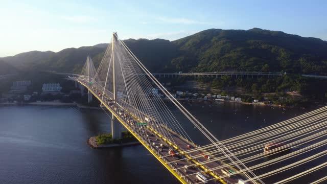 ティンカウ橋の空中写真。サスペンション建築の構造を持つ香港の高速道路 - 香港国際空港点の映像素材/bロール