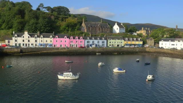 vídeos y material grabado en eventos de stock de aerial view of tobermory harbour and town highlands - isla de mull