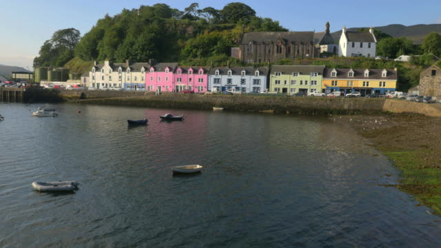 vídeos de stock, filmes e b-roll de aerial view of tobermory harbour and town highlands - ilha mull