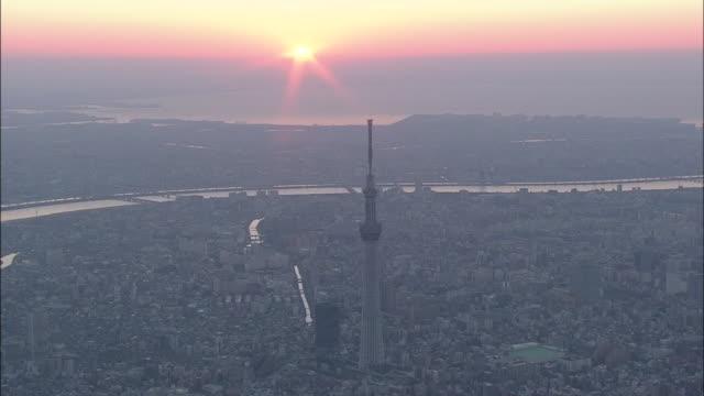 vídeos de stock, filmes e b-roll de aerial view of tokyo, first sunrise of the year, tokyo skytree. - dia do ano novo