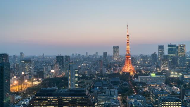 夕暮れ、日本航空写真ビュー、東京タワーと東京のスカイライン - 薄明かり点の映像素材/bロール