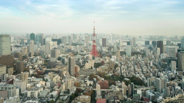 vídeos de stock, filmes e b-roll de aerial view of tokyo tower e tóquio horizonte paisagem urbana ao pôr do sol - cultura japonesa