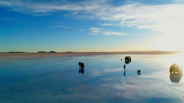 "aerial view of tourists and landscape of salar de uyuni (the world's largest salt flat in bolivia; also known as ""salt desert"") - ボリビア点の映像素材/bロール"