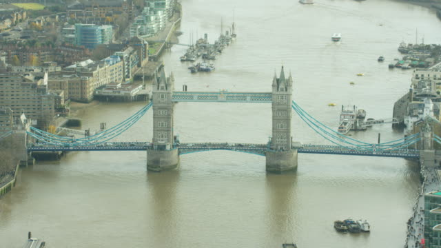 vídeos de stock, filmes e b-roll de aerial view of tower bridge over river thames - drawbridge
