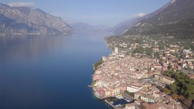 ガルダ湖の町の空中写真,イタリア - トレンティーノ点の映像素材/bロール