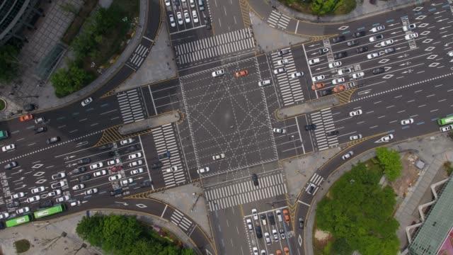 vídeos de stock, filmes e b-roll de aerial view of traffic and crossroad in gangnam-gu, seoul, south korea - encruzilhada
