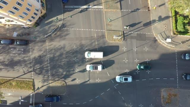 vídeos de stock e filmes b-roll de aerial view of traffic at a road junction in berlin in the neighbourhood schöneberg crossing martinlutherstraße and grunewaldstraße next to the... - road junction