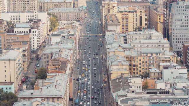 vidéos et rushes de aerial view of traffic at tverskaya ulitsa - inclinaison vers le bas