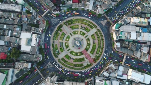 vídeos de stock, filmes e b-roll de vista aérea da rotatória na cidade de bangkok - junção de rua ou estrada
