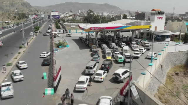 vidéos et rushes de aerial view of traffic in sana'a, yemen, after a saudi-led blockade caused a fuel crisis - essence