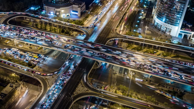 vídeos de stock e filmes b-roll de t/l ws zi aerial view of traffic jam and complex transportation system at rush hour / beijing, china - time lapse de trânsito