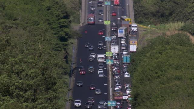 stockvideo's en b-roll-footage met aerial view of traffic jam on puente de la platina bridge in san jose, costa rica - puente
