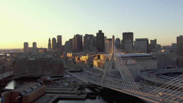 vídeos y material grabado en eventos de stock de aerial view of traffic moving on leonard p. zakim bunker hill memorial bridge during sunrise in boston city, massachusetts, united states of america - puente leonard p. zakim bunker hill