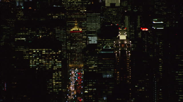 aerial view of traffic moving on the streets in manhattan near skyscrapers. - metlife hochhaus stock-videos und b-roll-filmmaterial