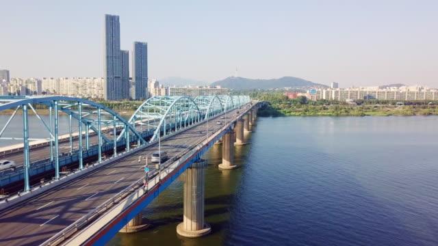 韓国・ソウル市のnソウルタワーに東ジャック橋を渡る車の交通の航空写真 - ソウル点の映像素材/bロール