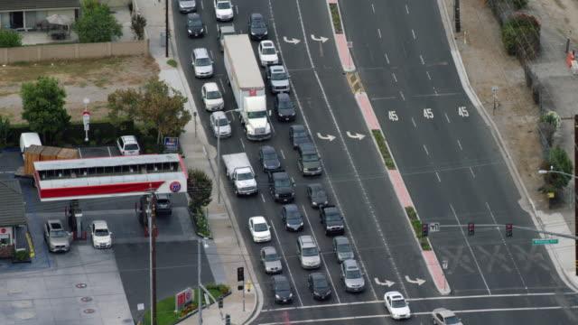 vídeos de stock e filmes b-roll de ws aerial view of traffic on highway near gas station - posto de gasolina
