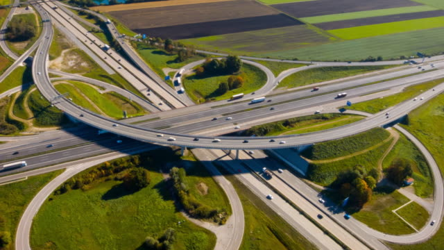 stockvideo's en b-roll-footage met ws aerial view of traffic on highway - dwarsweg
