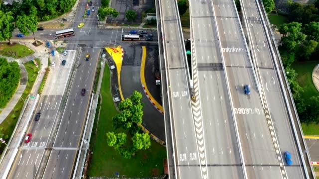 luftaufnahme des verkehrs auf der brücke zur innenstadt in singapur - republik singapur stock-videos und b-roll-filmmaterial