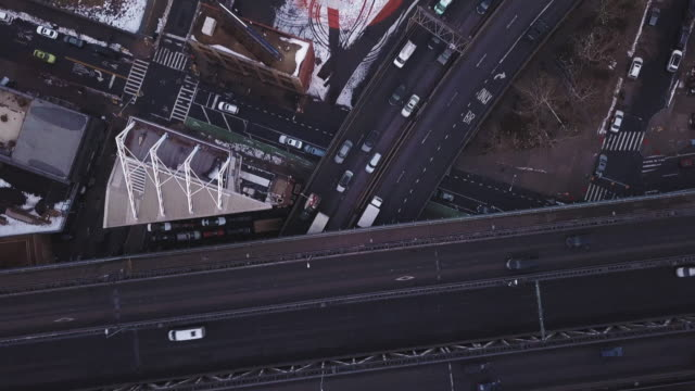 vidéos et rushes de aerial view of traffic passing through brooklyn - regarder vers le bas