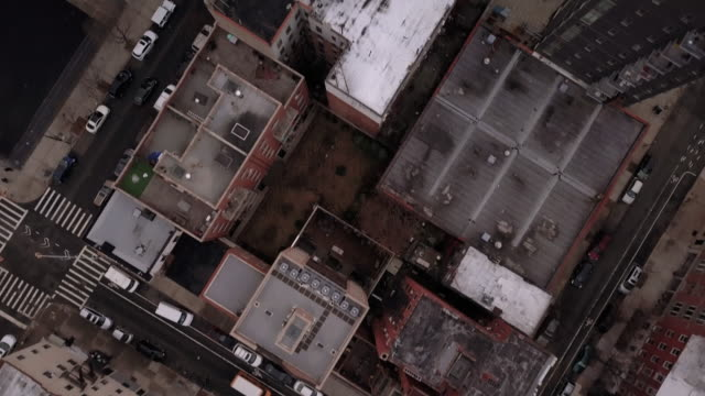 vídeos de stock, filmes e b-roll de aerial view of traffic passing through brooklyn - brooklyn new york