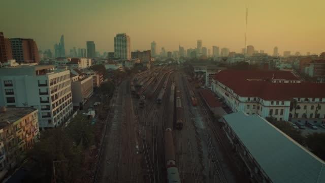 Luchtfoto van de trein aankomen aan Hua Lamphong Main Station