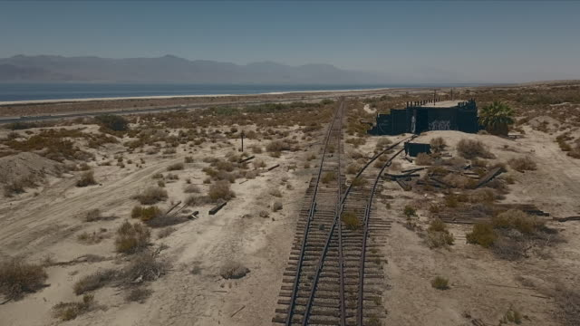 aerial view of train tracks in the desert. - bahngleis stock-videos und b-roll-filmmaterial