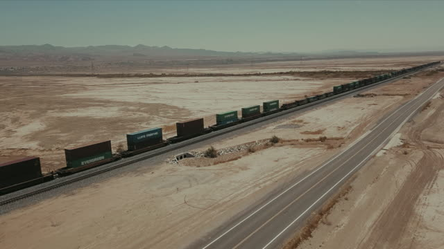 aerial view of train tracks in the desert. - spärlichkeit stock-videos und b-roll-filmmaterial