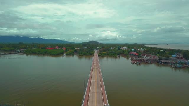 vídeos y material grabado en eventos de stock de vista aérea de la provincia de chanthaburi carga general, transporte puente - sobre