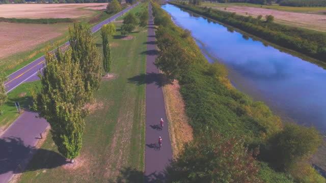 Vue aérienne de triathlètes à vélo de formation pour un triathlon