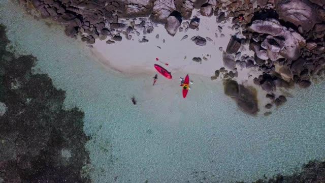 Luftaufnahme des tropischen Strand, Longtail-Boot, Kajak und felsigen Küste mit kristallklarem Türkis Wasser Koh Kla, Koh Lipe, Satun, Thailand