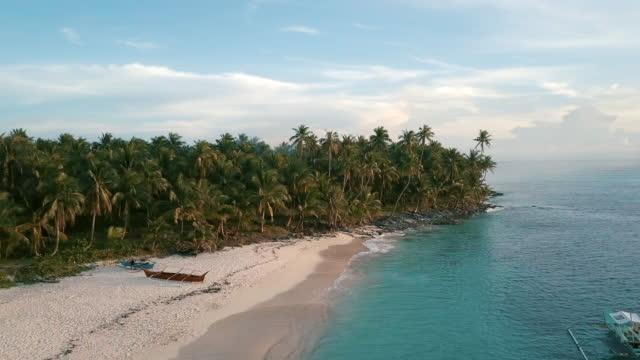 夕暮れ時の熱帯の島の航空写真 (ドローン) ビュー - フィリピン点の映像素材/bロール