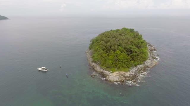 vídeos de stock e filmes b-roll de aerial view of tropical island near phuket beach, thailand - banco de areia