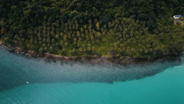vídeos de stock e filmes b-roll de aerial view of tropical white sand beach. koh kood. thailand. - mar de andamão