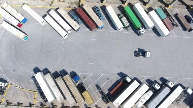 luftbild von lkws und anhänger - heavy goods vehicle stock-videos und b-roll-filmmaterial
