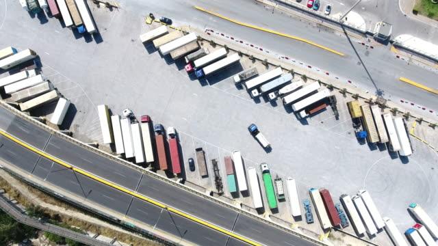 Luchtfoto van trucks en trailers