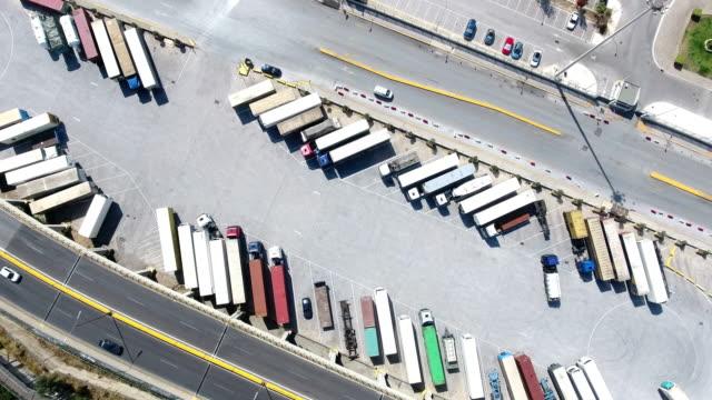 vidéos et rushes de vue aérienne de camions et caravanes - semi remorque