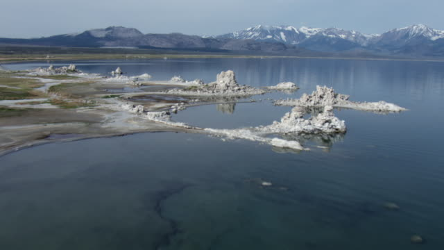 stockvideo's en b-roll-footage met aerial view of tufa towers in mono lake with sierra nevada mountains, mono county, california, united states of america. - californian sierra nevada