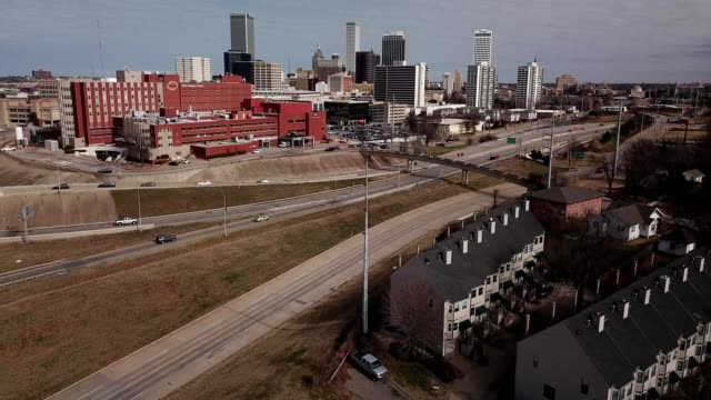 vidéos et rushes de aerial view of tulsa, oklahoma skyline - oklahoma