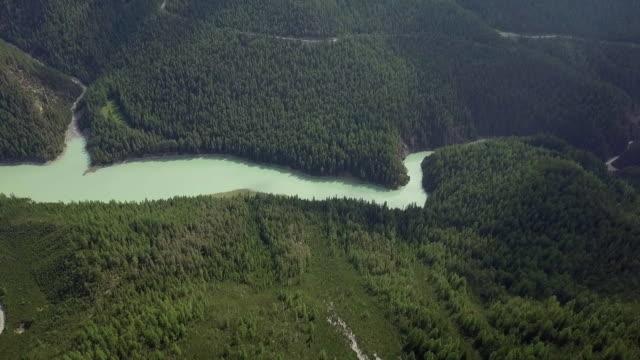 Flygfoto över turkos stream i schweiziska bergen