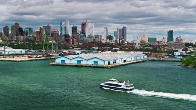 vídeos y material grabado en eventos de stock de vista aérea de dos transbordadores que pasan entre sí en buttermilk channel con brooklyn detrás - puerto de nueva york