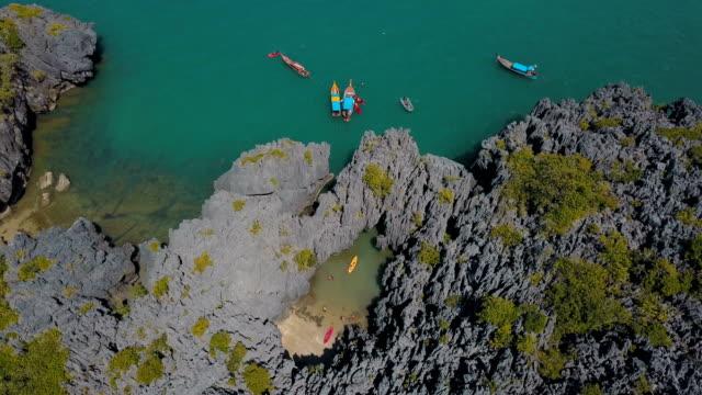 Luchtfoto van onzichtbare reisbestemming Prasat Hin woordspeling, Yod Khao Yai eiland in Satun, Thailand