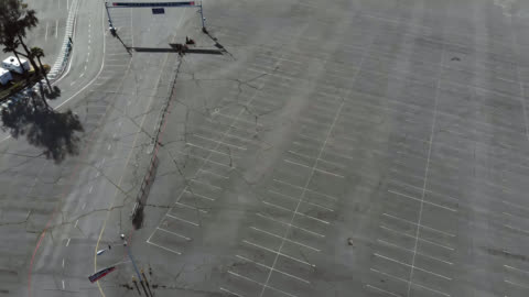 aerial view of vacant parking lots due to covid-19 event cancellations. - parking 個影片檔及 b 捲影像