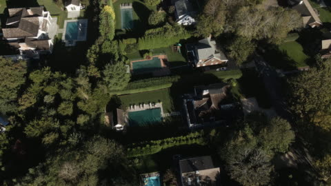 vidéos et rushes de aerial view of vacation homes in the hamptons on an autumn morning - long island