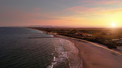 vidéos et rushes de vue aérienne de la plage de saler de valence au coucher du soleil - plage