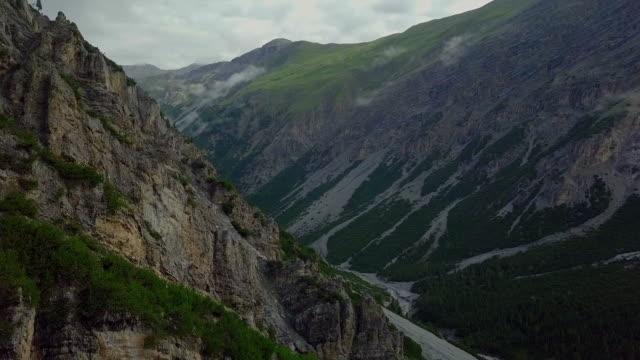 Flygfoto över dalen mellan schweiziska toppar