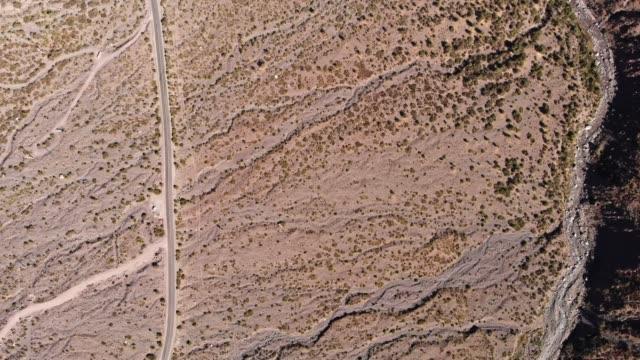 vídeos y material grabado en eventos de stock de vista aérea de los valles en cajón del maipo - camino santiago