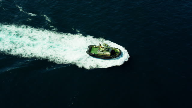 vidéos et rushes de aerial view of vaucluse powerboat in pacific ocean - remorqueur