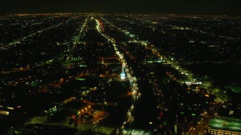 stockvideo's en b-roll-footage met ws aerial view of vehicles driving on highway in city at night - zuidelijk californië